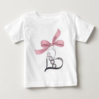 ハートのチャームの幼児の不足分の袖 ベビーTシャツ