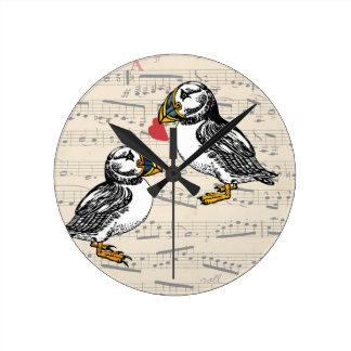 ハートのツノメドリ愛バレンタインの鳥 ラウンド壁時計