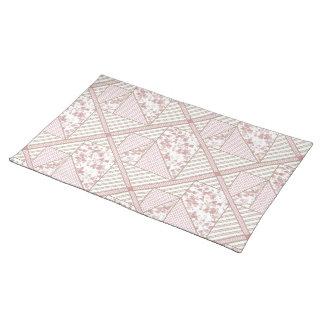 ハートのパッチワークキルトの淡い色ので柔らかいピンクのハート ランチョンマット