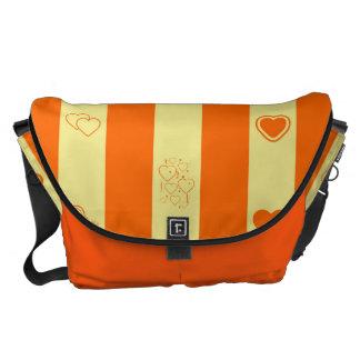 ハートのモダンなオレンジのストライプなパターン クーリエバッグ
