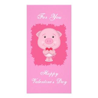 ハートの写真カードを持つバレンタインのブタ カード