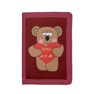 ハートの名前入りな財布を持つかわいいテディー・ベア