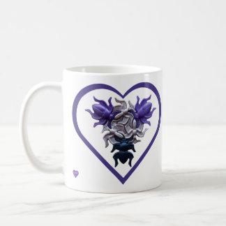 ハートの左利きのマグの紫色の虫 コーヒーマグカップ