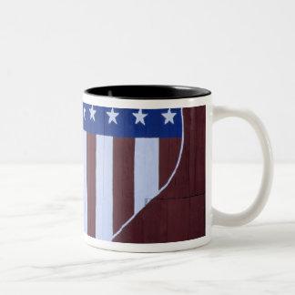 ハートの形の旗は9-11.の後で納屋で絵を描きました ツートーンマグカップ