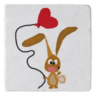ハートの気球が付いているブラウンのバニーウサギ トリベット