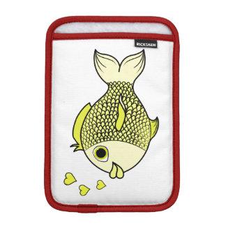 ハートの泡を持つバレンタインデーの黄色の魚 iPad MINIスリーブ