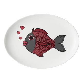 ハートの泡を持つバレンタインデーの黒く及び赤い魚 磁器大皿