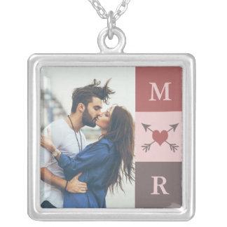ハートの矢のロマンチックなカップルのイニシャル及び写真 シルバープレートネックレス