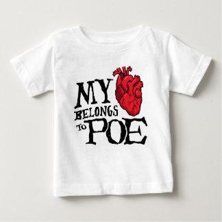 ハートはPoeの子供のTシャツに属します ベビーTシャツ