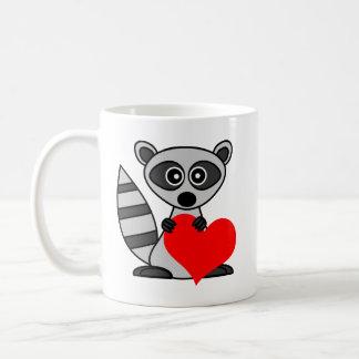 ハートを保持しているかわいい漫画のアライグマ コーヒーマグカップ