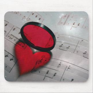 ハートを形作る美しく赤いガラス反射 マウスパッド