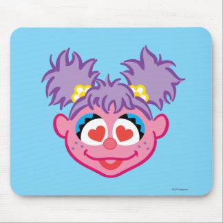 ハート形の目が付いているAbbyの微笑の顔 マウスパッド