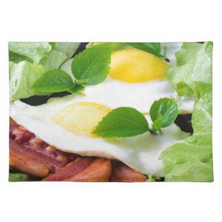 ハーブ、レタスおよびベーコンが付いている卵焼き ランチョンマット