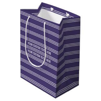 バイオレットのストライプでカスタムな文字のギフトバッグ ミディアムペーパーバッグ
