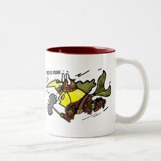 バイキングの魚のおもしろいでかわいく活発な漫画の中世マグ ツートーンマグカップ