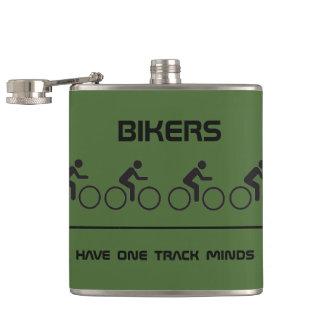 バイクもしくは自転車に乗る人に1つのトラック心があります フラスク