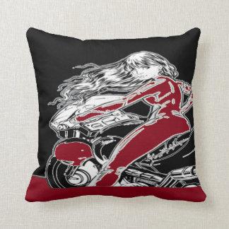 バイクもしくは自転車に乗る人の女の子の枕 クッション