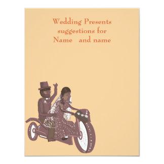 バイクもしくは自転車に乗る人の結婚式、新郎の乗馬の後部座席、贈り物のリスト カード