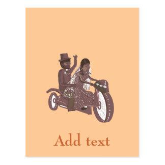 バイクもしくは自転車に乗る人またはモーターサイクリストの結婚式プロダクト ポストカード