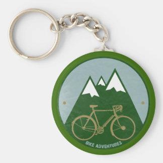 バイクもしくは自転車に乗る人冒険、山 キーホルダー