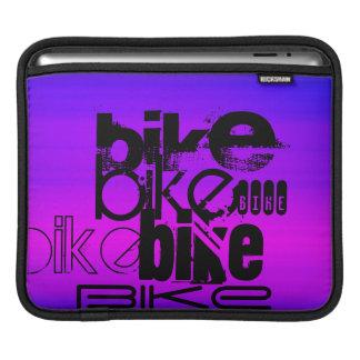 バイク; 鮮やかなすみれ色の青およびマゼンタ iPadスリーブ