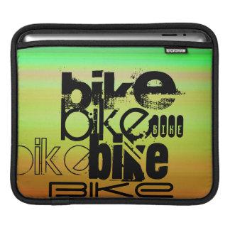 バイク; 鮮やかな緑、オレンジ、及び黄色 iPadスリーブ