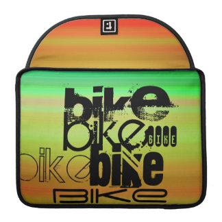 バイク; 鮮やかな緑、オレンジ、及び黄色 MacBook PROスリーブ