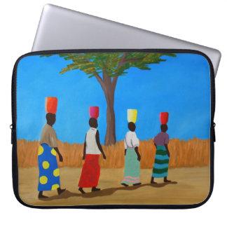 バケツを運んでいるカラフルなアフリカの女性 ラップトップスリーブ