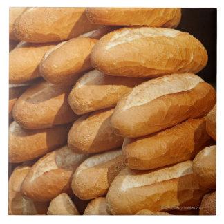 バゲット、行商人による通りの販売のためのパン、 正方形タイル大