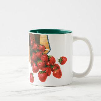バスケットのヴィンテージのいちご、食糧フルーツの果実 ツートーンマグカップ