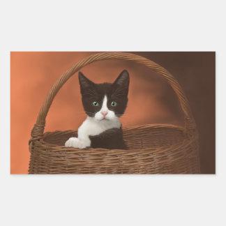 バスケットの静かに黒く及び白い子ネコ 長方形シール