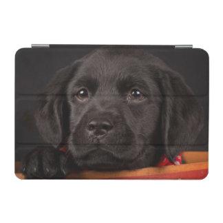 バスケットの黒いラブラドル・レトリーバー犬の子犬 iPad MINIカバー