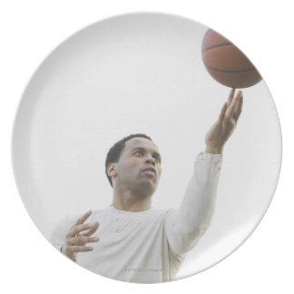 バスケットボールと遊んでいる人スタジオの打撃 プレート