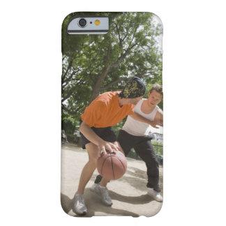 バスケットボールのアウトドアを遊んでいる人 BARELY THERE iPhone 6 ケース