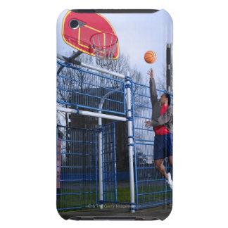 バスケットボールのアウトドアを遊んでいる若者 Case-Mate iPod TOUCH ケース