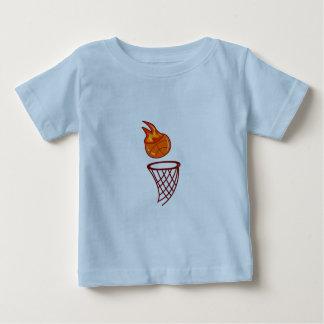 バスケットボールの熱い打撃 ベビーTシャツ
