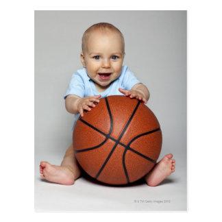 バスケットボールを保持している男の赤ちゃん(6-9か月) ポストカード