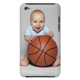 バスケットボールを保持している男の赤ちゃん(6-9か月) Case-Mate iPod TOUCH ケース