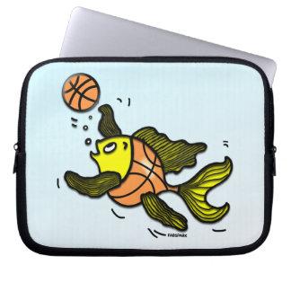 バスケットボールを遊んでいるおもしろいでかわいい漫画の魚 ラップトップスリーブ