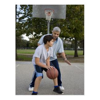 バスケットボールを遊んでいるヒスパニックの父および息子 ポストカード