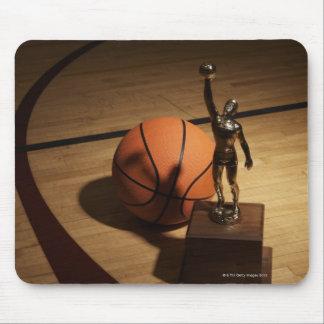 バスケットボールコートのバスケットボールそしてトロフィ、 マウスパッド