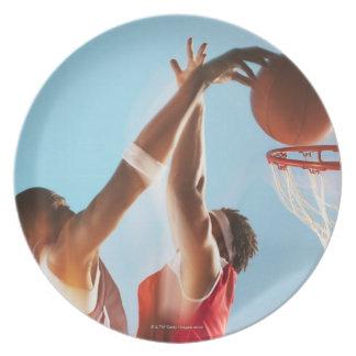 バスケットボール選手の浸すことのぼやけられた眺め プレート