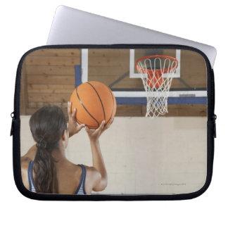バスケットボール、背面図のたがを目指している女性 ラップトップスリーブ