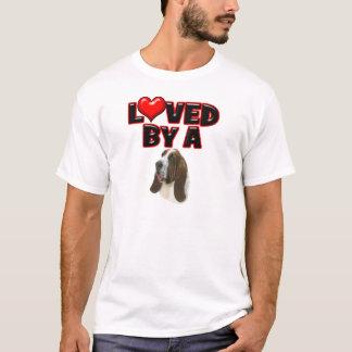 バセットの猟犬によって愛される Tシャツ