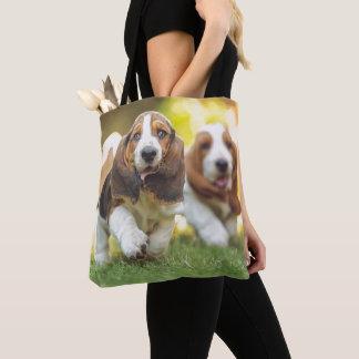 バセットハウンドの子犬の走ること トートバッグ