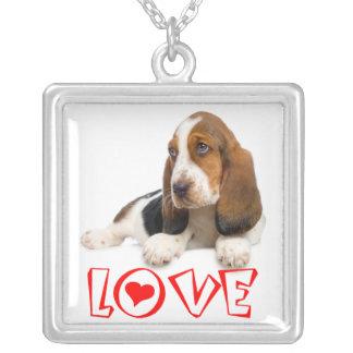 バセットハウンドの小犬赤い愛ハート シルバープレートネックレス
