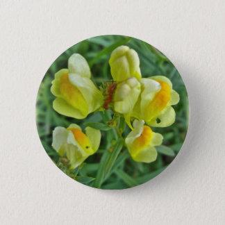 バター「nは野生の花の調整項目に卵を投げつけます 5.7cm 丸型バッジ
