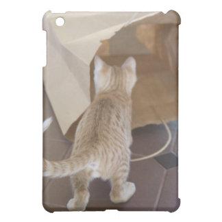 バッグの地獄調査している子ネコ iPad MINIカバー