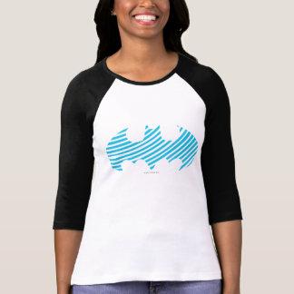 バットマンの記号|の青くストライプのなロゴ Tシャツ