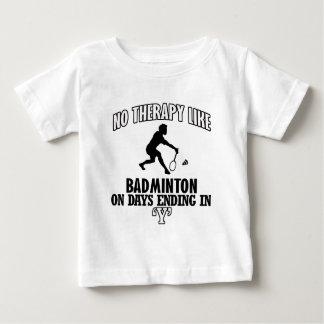 バドミントンのデザインを向くこと ベビーTシャツ